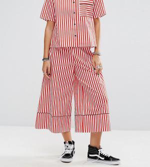 Reclaimed Vintage Широкие брюки в полоску с кантом. Цвет: красный