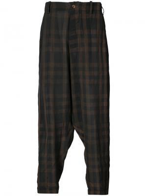 Клетчатые брюки с заниженным шаговым швом Uma Wang. Цвет: коричневый
