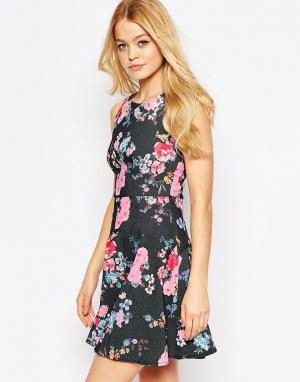Closet London Приталенное платье со свободной юбкой и цветочным принтом. Цвет: черный