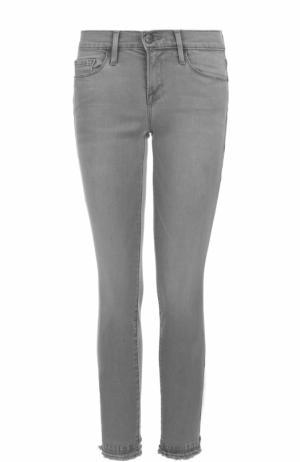 Укороченные джинсы-скинни с бахромой Frame Denim. Цвет: серый