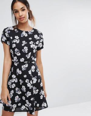 Poppy Lux Короткое приталенное платье с цветочным принтом. Цвет: черный