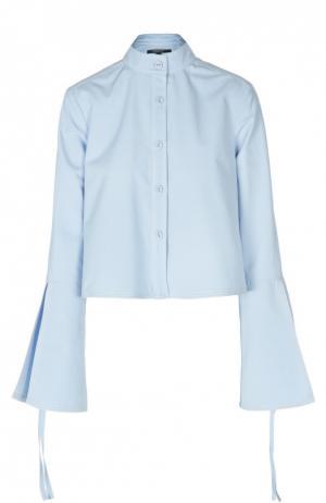 Укороченная блуза с воротником-стойкой и расклешенными рукавами Derek Lam. Цвет: голубой