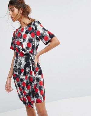 Closet London Платье с короткими рукавами, запахом на юбке и складками. Цвет: мульти