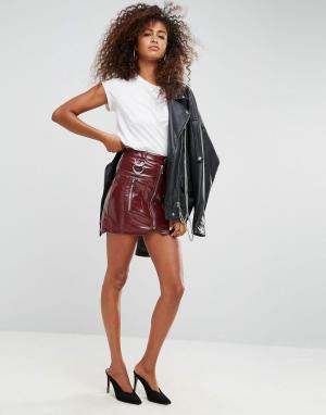 ASOS Виниловая мини-юбка с молнией и D-образными кольцами Premium. Цвет: красный