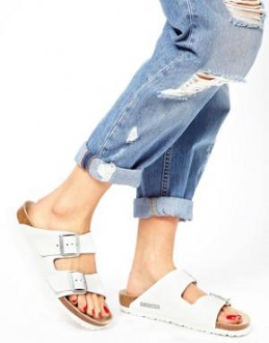 Birkenstock Узкие белые кожаные сандалии с двумя ремешками Arizona. Цвет: белый
