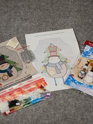 Набор для шитья и вышивания фартук Снеговик Снежок Матренин Посад. Цвет: бежевый, зеленый