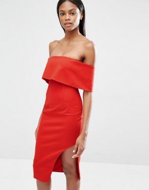Lavish Alice Асимметричное платье миди с глубоким лифом-бандо. Цвет: красный