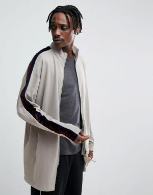 ASOS Удлиненная спортивная куртка оверсайз с велюровой полосой. Цвет: бежевый