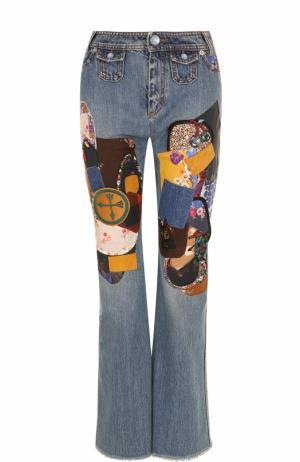 Расклешенные джинсы с потертостями и нашивками Coach. Цвет: голубой