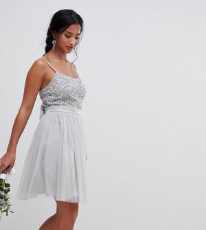 Maya Petite Платье мини с пайетками на лифе и юбкой из тюля Bridesmaid. Цвет: серый