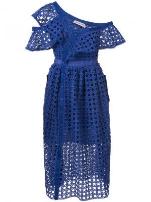 Расклешенное платье с открытой вышивкой Self-Portrait. Цвет: синий