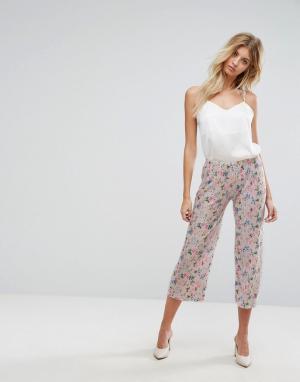 New Look Плиссированные укороченные брюки с цветочным принтом. Цвет: розовый