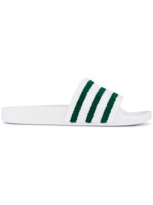 Полосатые шлепанцы Adilette Adidas. Цвет: белый