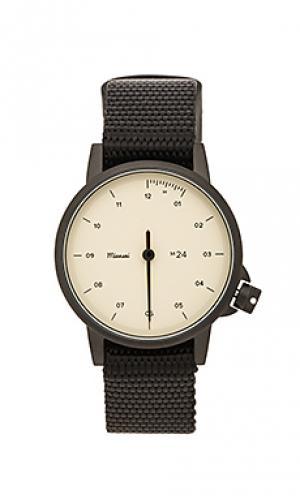 Часы на черном/сланцевом нейлоном браслете Miansai. Цвет: черный