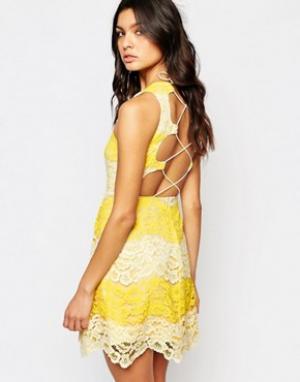 Foxiedox Кружевное платье мини с контрастной отделкой и шнуровкой на спине Foxi. Цвет: желтый