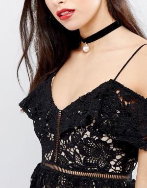Krystal Бархатное ожерелье-чокер с искусственным жемчугом London. Цвет: черный