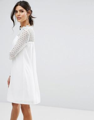 Elise Ryan Свободное платье с высоким воротом и кружевной отделкой. Цвет: белый