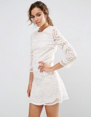 Darling Цельнокройное кружевной платье с рукавами 3/4. Цвет: бежевый
