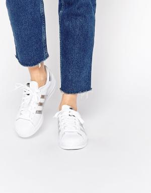 Adidas Originals Белые кроссовки с серебристыми вставками Superstar. Цвет: белый