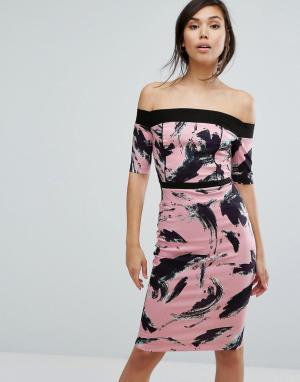 Vesper Платье-футляр с открытыми плечами и принтом. Цвет: розовый