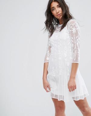 Girls on Film Кружевное платье миди с высокой горловиной. Цвет: белый