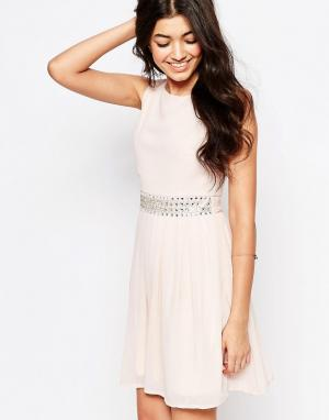 Club L Шифоновое платье молодежного стиля с отделкой. Цвет: розовый
