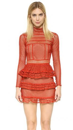 Платье с высокой горловиной и кружевной вставкой Self Portrait. Цвет: темно-красный