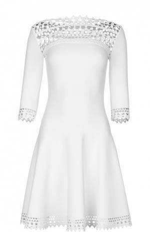 Приталенное мини-платье с перфорацией и удлиненным рукавом Alaia. Цвет: белый