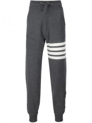 Спортивные брюки с контрастными полосками Thom Browne. Цвет: серый