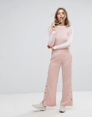 Monki Свободные брюки с кнопками. Цвет: розовый