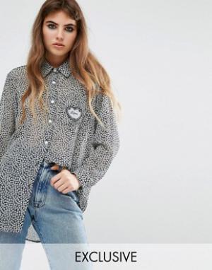 Reclaimed Vintage Рубашка бойфренда с принтом и сердечком на кармане. Цвет: синий