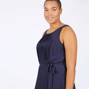 Платье однотонное длинное с плиссировкой без рукавов LOVEDROBE. Цвет: темно-синий