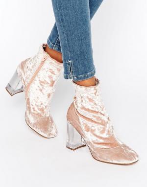 ASOS Бархатные полусапожки на прозрачном каблуке с эффектом носков EAG. Цвет: розовый
