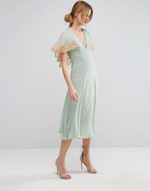 ASOS Платье миди с кейпом и кружевной отделкой. Цвет: зеленый