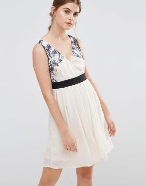 Jasmine Короткое приталенное платье с цветочным принтом на лифе. Цвет: кремовый