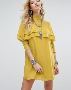Glamorous Цельнокройное платье с высокой горловиной, длинными рукавами и оборкам. Цвет: желтый