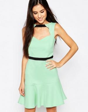 Lashes of London Платье с вырезом спереди и оборкой по подолу. Цвет: зеленый
