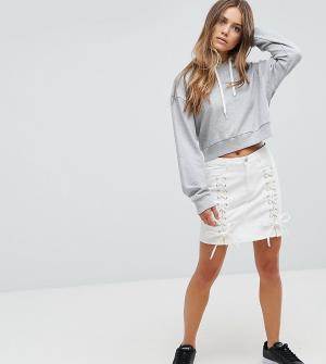Urban Bliss Petite Джинсовая мини-юбка со шнуровкой. Цвет: белый