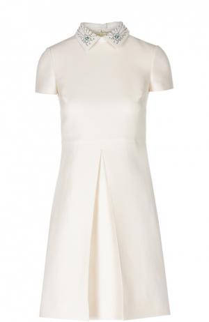 Платье-рубашка со складкой и декорированным воротником Valentino. Цвет: кремовый
