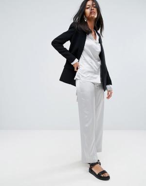 To Be Adored Шелковые брюки Laissa. Цвет: серебряный