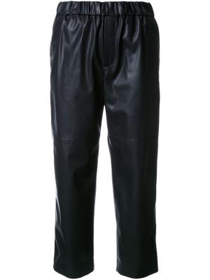 Укороченные брюки с эффектом под кожу Astraet. Цвет: чёрный