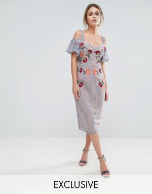 Hope and Ivy Кружевное платье миди с вышивкой, контрастными бретельками и завязками. Цвет: синий