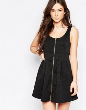 Wal G Короткое приталенное платье на молнии спереди. Цвет: черный