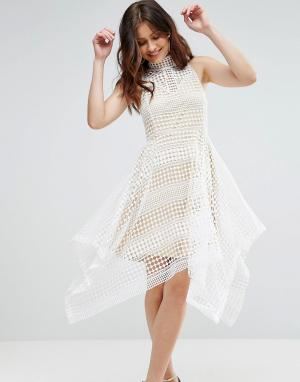 Girl In Mind Короткое приталенное платье из кроше с высоким воротом и асимметричным. Цвет: белый