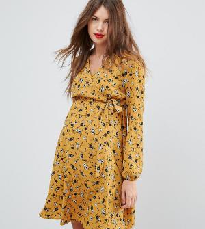 New Look Maternity Платье для беременных с цветочным принтом и запахом. Цвет: желтый