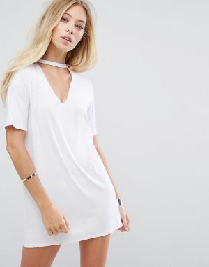 Glamorous Свободное платье-футболка с чокером. Цвет: белый