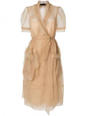 Платье с запахом и отделкой перьями Simone Rocha. Цвет: телесный