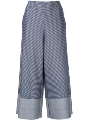 Укороченные брюки клеш Issey Miyake. Цвет: синий