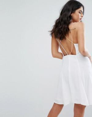 Little White Lies Платье с перекрестными бретелями на спине Odette. Цвет: белый