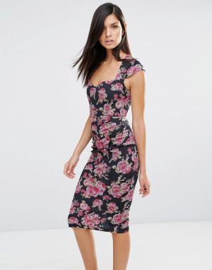Vesper Платье-футляр с цветочным принтом и сборками. Цвет: розовый